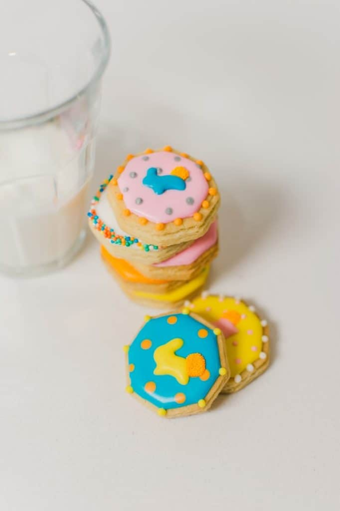 Small cookies with a glass of milk.